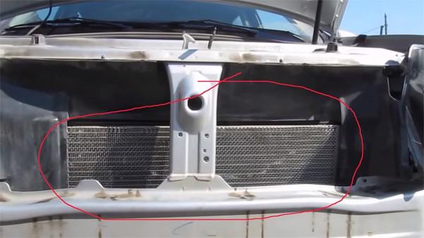 Установка защитной сетки решетки радиатора на Рено Дастер
